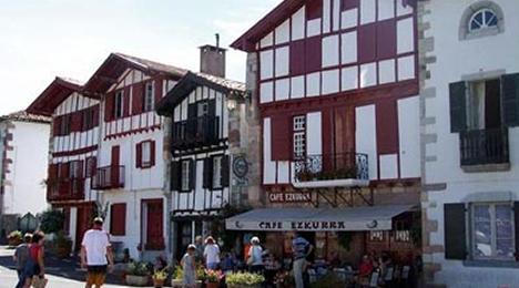 Les alentours au style traditionnel Basque de l'hôtel Olatua du Pays Basque