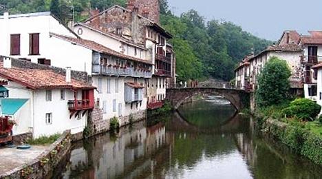 """Proche d"""" l'hôtel Olatua, des paysages et architectures Basque typique et traditionnelles"""