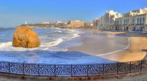 Vue pleine sur la Grande Plage de Biarritz, très proche de l'hôtel Olatua de Bidart au Pays Basque